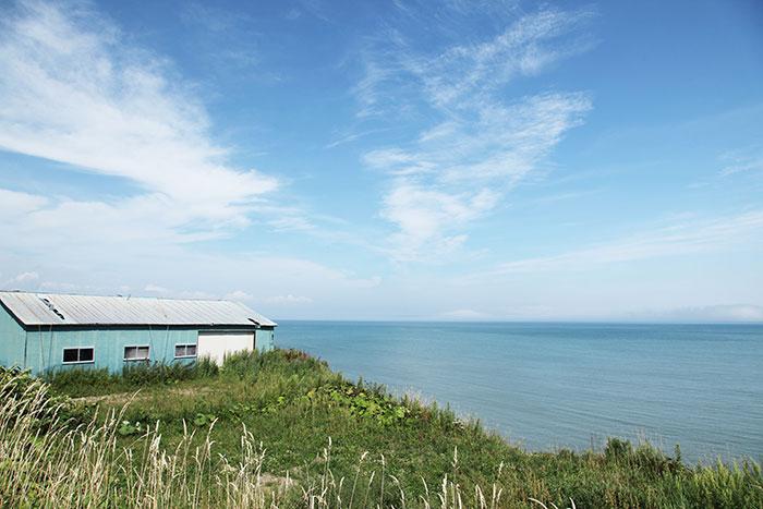海と青空と小屋